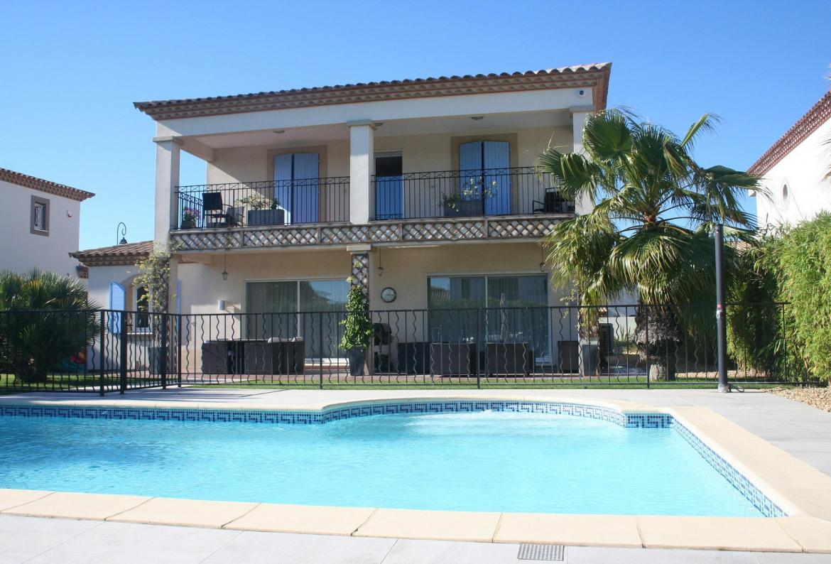 Waterside Villa in Aigues Mortes. Private Pool. 4 bedrooms, sleeps 8. (AGM102)