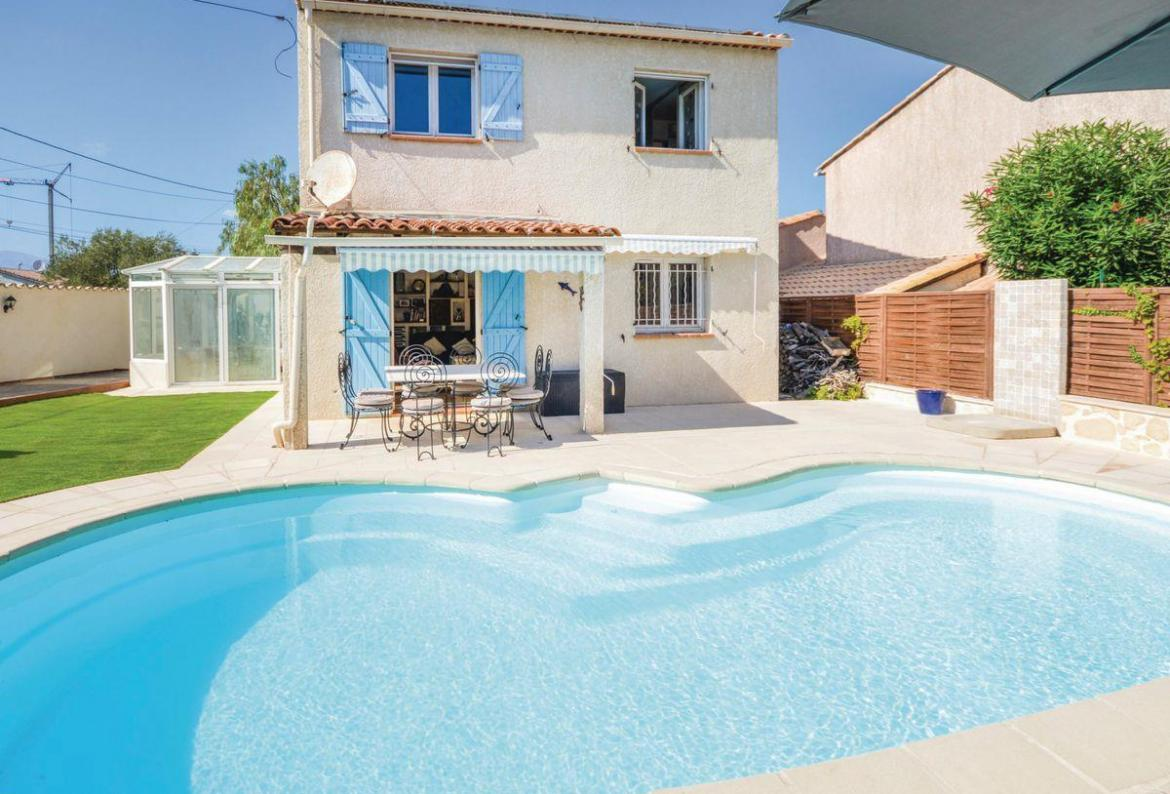 2 bedroom holiday rental villa with Pool in South of France