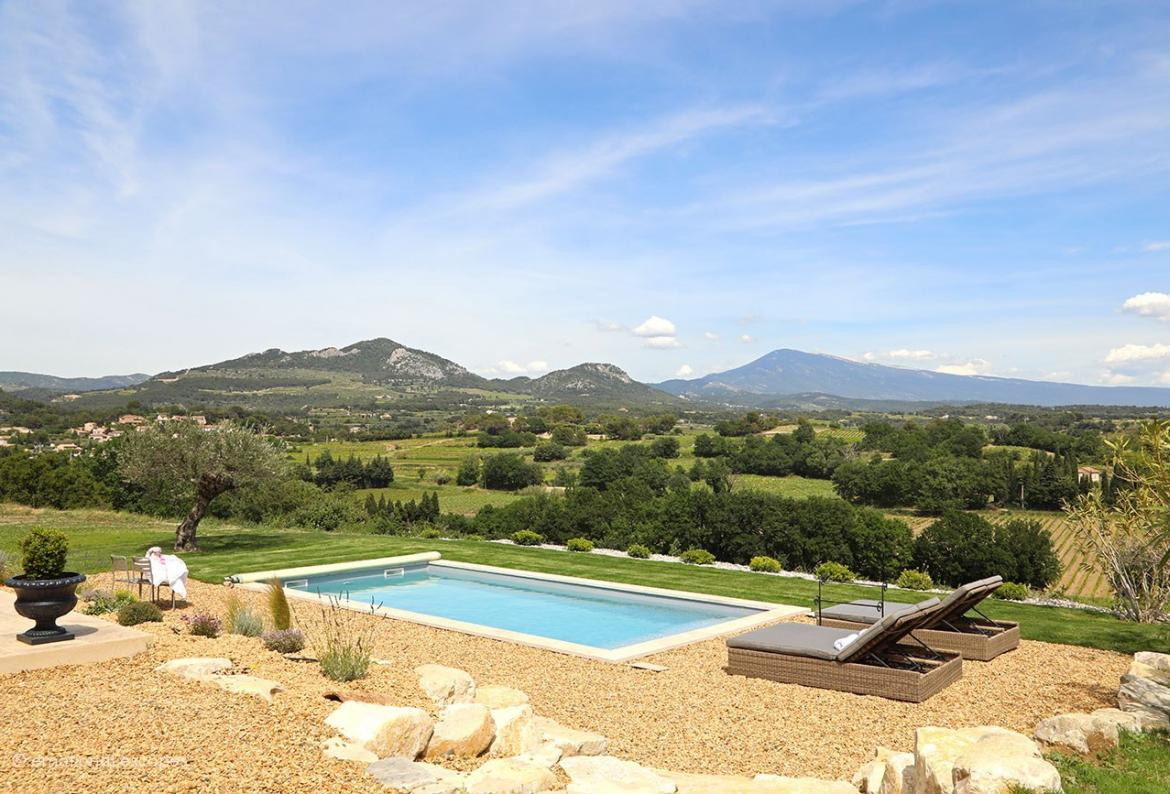 Beautiful 3 bedroom holiday villa located in Beaumes de Venise in Provence, with private pool and great views. Sleeps 7. (BDV102EE)