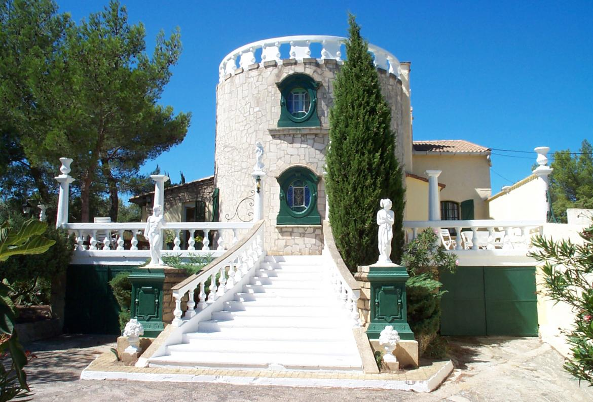 BEAU104 - Absolutely stunning hilltop Mas, boasting a private swimming pool and 6 bedrooms, can sleep up to 12 people.