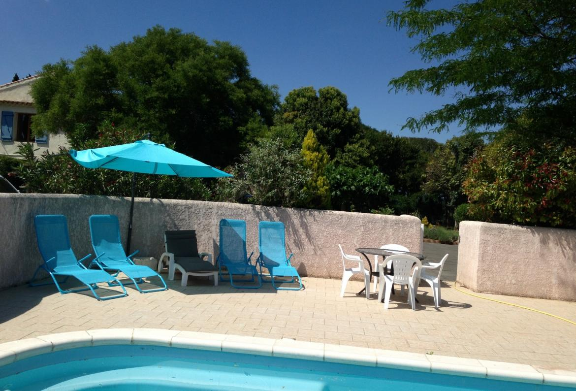 Pretty 2 bedroom gite located near Beziers with a large garden and a shared swimming pool. Near beaches. Sleeps 4. (BEZ118)