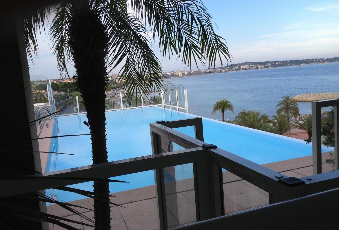 Lovely Seafront Apartment with Shared Rooftop Pool, Golfe de Juan. 2 bedrooms (CANN133)