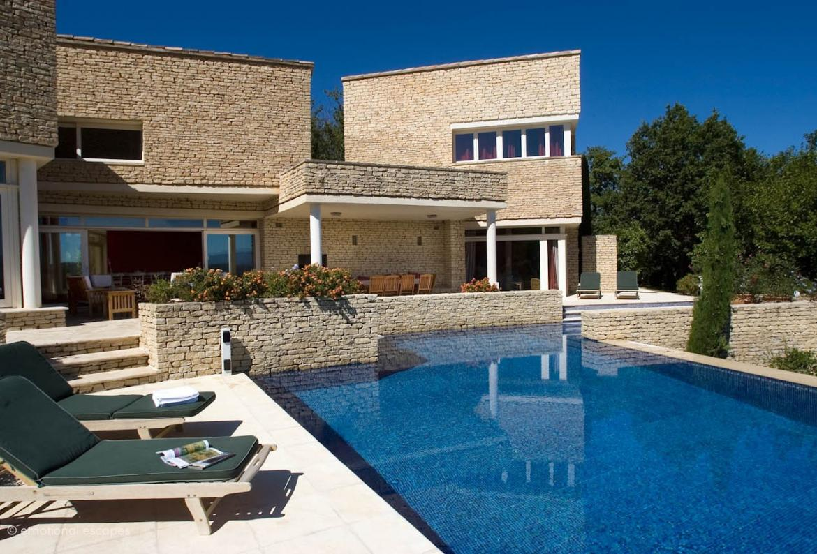 Beautiful 5 bedroom villa located near Gordes in the Luberon. Private heated infinity pool and air conditioning. Sleeps 10. (GORD112EE)