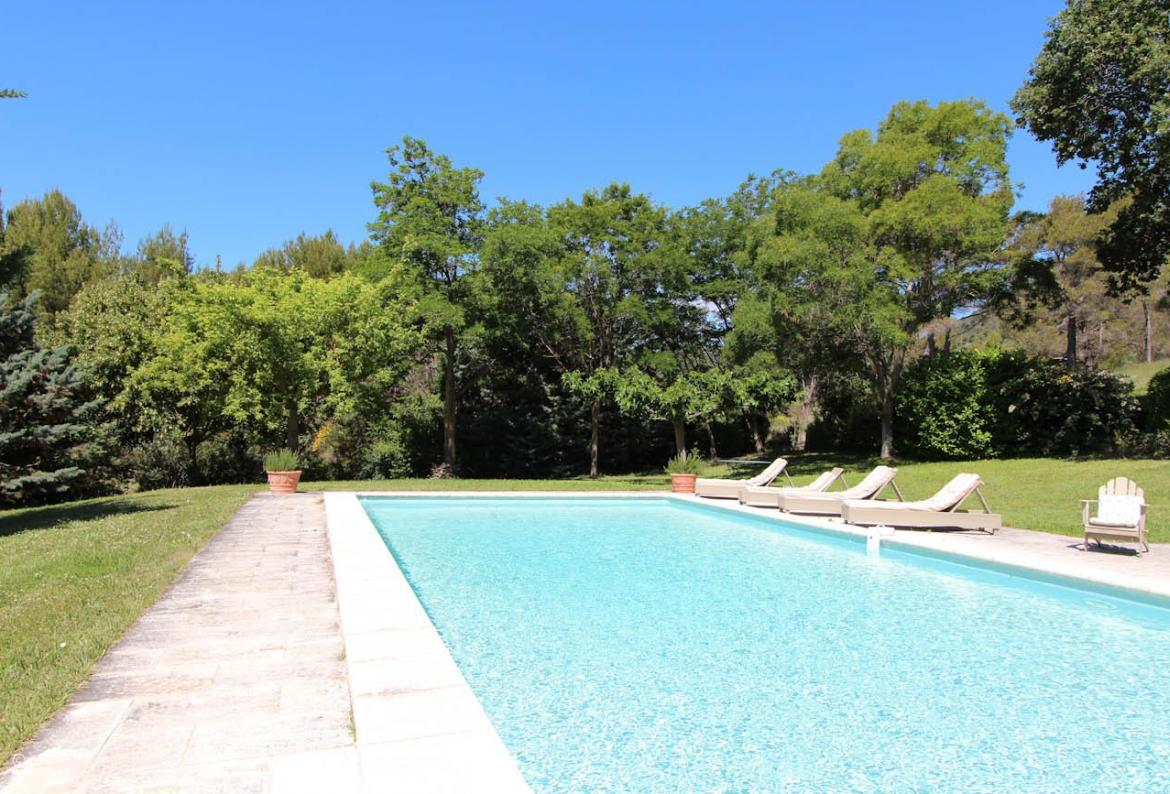 Charming holiday home with 3 ensuite bedrooms and private pool just outside of Lourmarin (LOUR106EE)