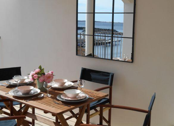 Beautiful 2 bedroom apartment overlooking Marseillan port with large sunny terrace. (MARS115)