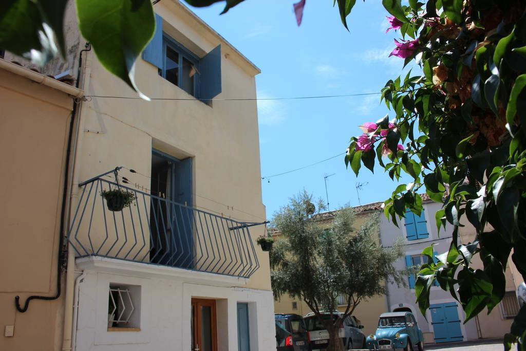 A stylish nest on the ramparts of an ancient fishing port, with sparkling lagoon views from a top-floor living area, 1 bedroom, sleeps 2. (MEZ102)