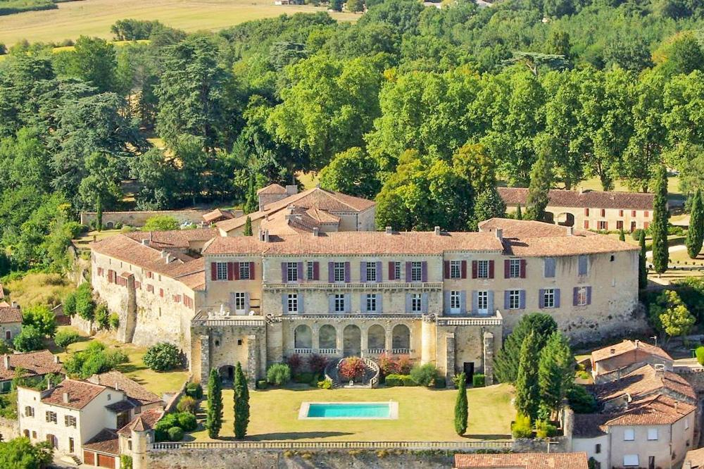 Stunning Chateau located between Bordeaux and Toulouse with a private pool, 12 bedrooms sleeping 24 and stunning grounds.  (MEZI101OL)