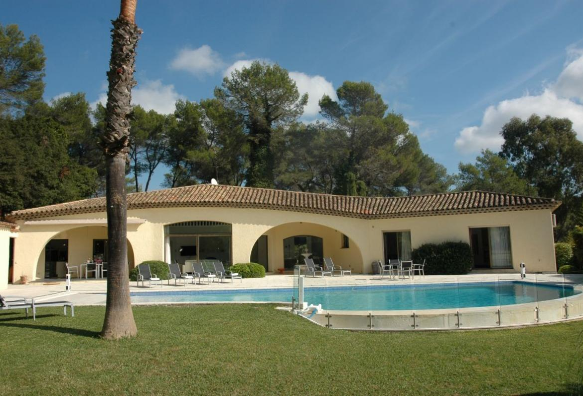 Fully Air Conditioned Villa with Large Pool. 5 bedrooms, to sleep 10 (MOUG124Q)