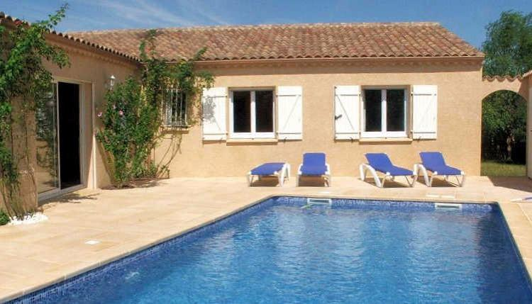 PEZ130J - Modern single storey house boasting a private swimming pool and 4 bedrooms. Located within walking distance to Pezenas. Sleeps 8.