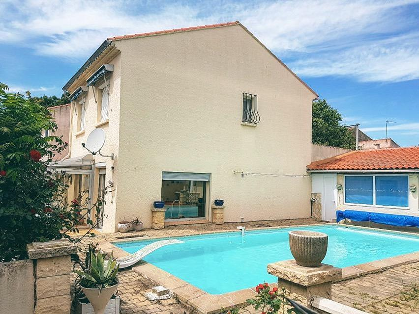 Beautiful 3 bedroom house in the centre of Sauvian with private heated pool and aircon, 10 minutes to beach, short walk to amenities. Sleeps 4. (SAUV106)