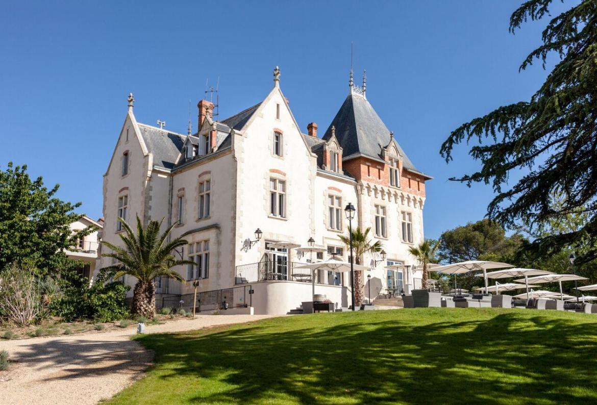 Luxury two bedroom apartment within the grounds of a stunning Chateau, shared pool, large balcony, sleeps 4. (SPDS108)