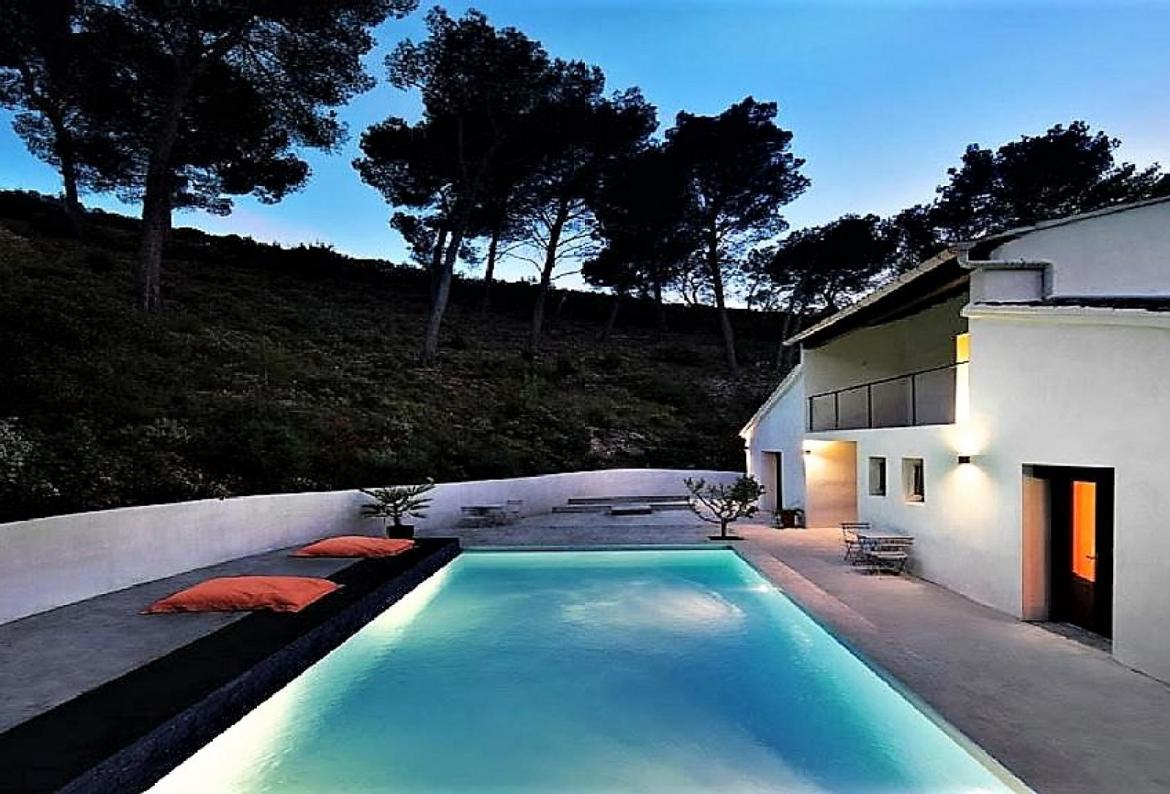 Attractive newly renovated villa only 10kms from Saint Remy de Provence. 4 bedrooms, sleeps 8. (SRDP131YF)