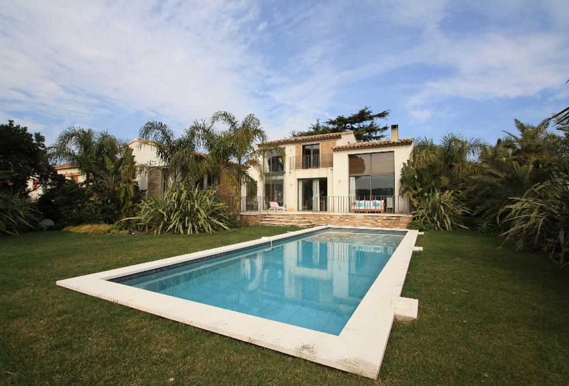 3 bedroom holiday rental villa with pool in south of france for Luxury holiday rentals ireland swimming pool