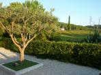 Beautiful villa on a golf course in Mougins, with 3 bedrooms, sleeps 6. Shared swimming pool and walking distance to amenities. (MOUG122)