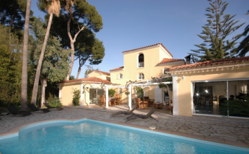 ANT110Q - Simple and elegant holiday home located in Cap d Antibes boasting a private swimming pool and courtyard style terrace, sleeps 10.