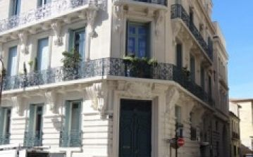 BEZ125 - Beautiful 1 bedroom apartment in the very centre of Beziers, close to everything and in a beautiful bourgeoise building, sleeps 2.