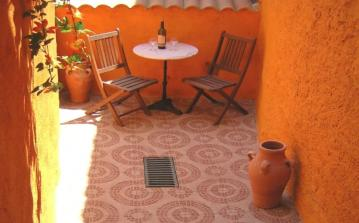 Lovely village house in Creissan with 3 bedrooms and courtyard, shared swimming pool and satellite TV. Sleeps 5. (CRE101)