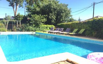 Very private 2 bedroom gite located in Espondeilhan with courtyard and use of a heated swimming pool. 2 bedrooms, sleeps 4 people and a baby. (ESP104)