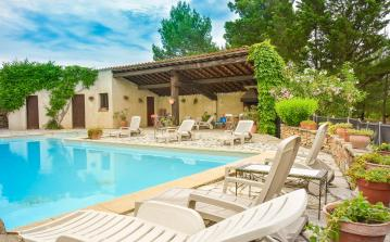 Charming villa on old Wine Domaine near Lézignan with shared swimming pool.  (FLC105)