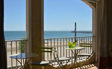 Seaview Apartment by beach. Sleeps 6 (GRA107)