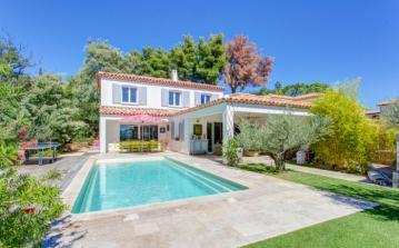 LELAV104OL - Superb artists villa located in Le Lavandou. Property boasts private swimming pool, sleeps 14.