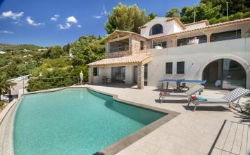 Beautiful luxury 4 bedroom house, 10 minute walk from the beach with a private and heated swimming pool and table tennis. Sleeps 8 people. (LELAV105OL)