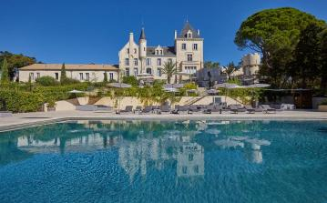 House in Luxury Chateau with Terrace, Jacuzzi and Shared Pool. 3 bedrooms, sleeps 6 (LESCA104)
