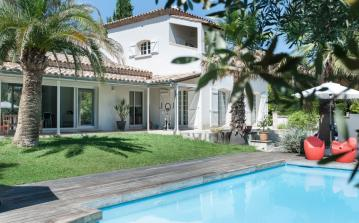 Beautifully renovated villa, large swimming pool, vaste expanse of provencal nature. (MONT146GN)
