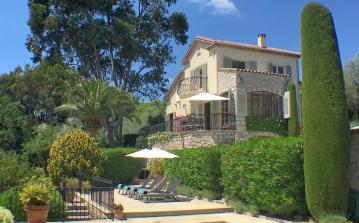 Luxury villa located in Mougins overlooking the bay of Cannes, with private heated pool, table tennis, air conditioning and 3 bedrooms sleeping 7. (MOUG123)