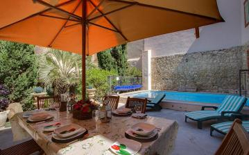 NISS102 - Large house with private pool, table tennis and 5 bedrooms
