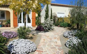 Lovely villa with a private pool and 4 bedrooms in a great location in Poilhes, perfect for families. Sleeps 8. (POIL107)