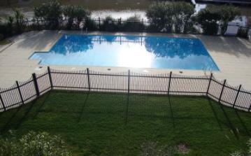Wonderful for families, 2 bedrooms, 2 bathrooms, shared swimming pool and beautiful terrace. Located in Port Grimaud, Cote dAzur. Sleeps 4. (PTGR134D)