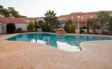Smart holiday villa with 2 bedrooms and 1 bathroom, large shared pool, walking distance to beach, 10 minutes from Beziers (VAS101)